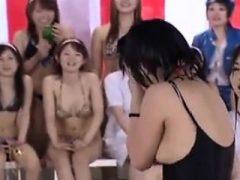 Viele asiatische Babes spielen im Pool und einige sind na