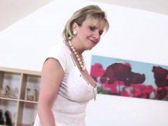 Unfaithful uk reife Dame sonia macht ihre enormen Titten aus