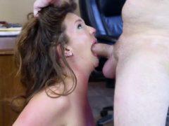 Babe Maddy Oreilly saugt und reitet ihren Hung Boss