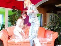 Lesben Freunde werden nass und unordentlich auf dem Sofa