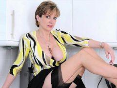 Untreue britische Milf Lady Sonia zeigt ihre großen Titten