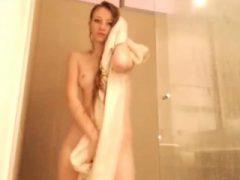 Heiße blonde Webcam Mädchen, die eine Dusche nimmt