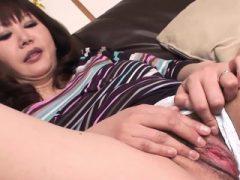 Ältere japanische Bimbo Finger ihre nasse Muff