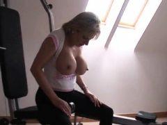Untreue britische Milf Dame Sonia springt ihren enormen Boo aus