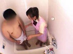 Im Haus asiatischen Krankenschwester wäscht seinen Schwanz vor der Reinigung in der