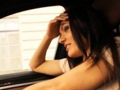 Tramperin jugendlich Kitana Lure wird anal in das Auto geschraubt