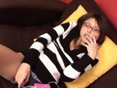 Behaarte Babe aus Asien ist mit zwei Jungs in einem Moment entspannend