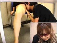 Schlankes asiatisches Baby mit sexy Beinen hat einen Kerl, der sie hennt