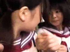 Asiatische Küken sind gefesselt und manhandhabt Lasten auf die