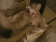 Asian Babe hält ihr Höschen in den Mund, während sie dri