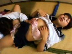 Asiatische Schulmädchen schleichen sich in einen leeren Raum, um etwas Puss zu essen