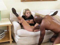 Nette blonde teen gebohrt echt hart durch schwarzen Mann auf der Couch