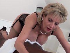 Cheating british milf Dame Sonia springt ihre riesigen Titties