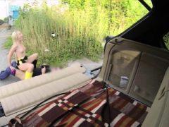 Hübsches Amateurbabe bezahlt zum Ficken mit dem Fahrer