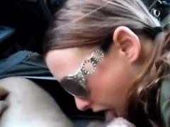 Frau mit Kopf wird von Brillen in einem Automobil gegeben