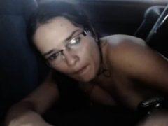 Frau masturbiert, während im Fahrzeug an öffentlichen Orten
