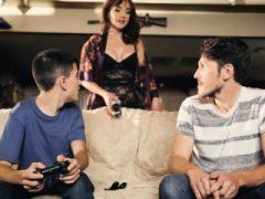 Ehrfürchtige MILF hilft einem Gamer-Typ, der eine riesige Erektion hat