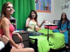 Teen College Mädchen sind die besten bei wilden Gruppensex Parteien