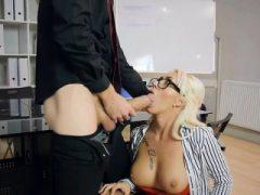 Hot Boss Christina Shine wird von Hung Employee impased