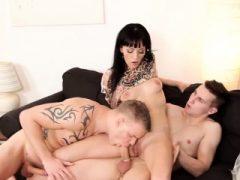 Bisex Threesome mit reifen Tara