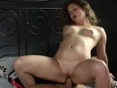Cuddly Chick öffnet sich enge Vagina und verliert Jungfräulichkeit