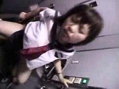 Nettes orientalisches Schulmädchen mit einem schönen Esel wird hart geschlagen