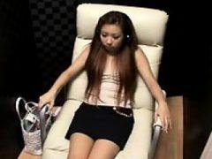 Verführerisches orientalisches Mädchen breitet ihre Beine aus und macht sie entreißen
