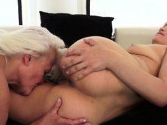 Teenie und Oma masturbieren nach Oralsex