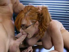 Hot Redhead Lauren Phillips wird von Hung Boss gestoßen