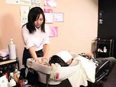 Attraktive orientalische Friseur arbeitet ihre Hände und Lippen