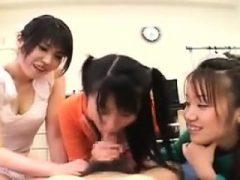 Unersättliche orientalische Mädchen arbeiten ihre Lippen und Hände auf einem