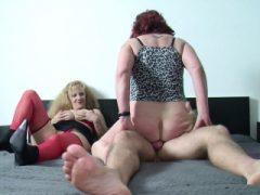 Deutsche Mama und Tante verführen jüngeren Mann, um sie zu ficken