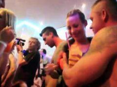 Heiße Teenies werden total verrückt und nackt bei Hardcore Party