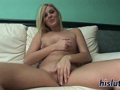 Sexy blonde Finger beide ihre Löcher