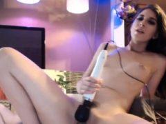 Sweet Tiny Tits Brunette mit Spielzeug auf Webcam