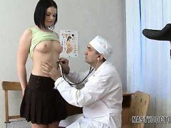Schulküken gebohrt vom Arzt