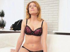 Hottie zeigt ihre Sex-Fähigkeiten zu ihrem Agenten, um einen Job zu bekommen