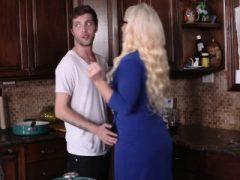 Dolly und Alura genossen ein 3some in der Küche