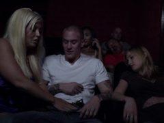 Blonde Cougar wird dick im Kino