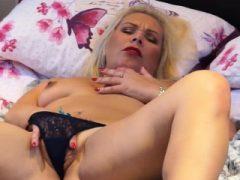 Kleine Titted Blonde reifen masturbieren auf dem Bett