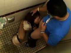 Asiatischer Blowjob in einem öffentlichen Bad Stall