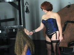 Nackte Frau zu Hause porn in groben thraldom Amateur-Szenen