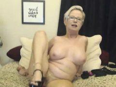Blonde MOM mit Brille Masturbieren