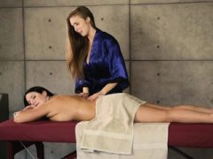 Lena Paul und Angela White dampfigen lesbischen Sex auf Massagetisch