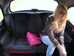 Rich blonde Izzy bekommt einen freien heißen Sex