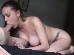 Brunette Frau mit großen Titten gibt Blowjob