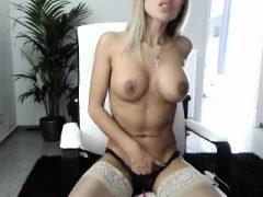 Slutty Blondine mit großen Titten in ihrem Bad gefickt
