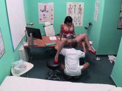 Busty Patient Valentina Ricci wird von Hung Doctor impased