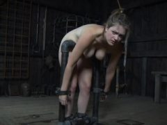 BDSM sub dominiert im Pranger vor der Gruppe