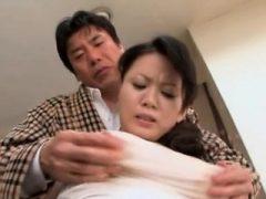Mamma steht unrepining und genießt harten Sex mit ihrem Sohn